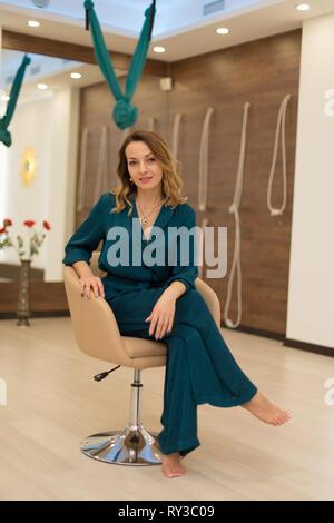 Portrait of gorgeous woman posing in formateur de yoga pour des cours de yoga. Banque D'Images