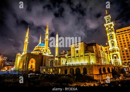 La cathédrale maronite Saint Georges de Beyrouth est éclairée la nuit avec Mohammed Al Amin Mosque Banque D'Images
