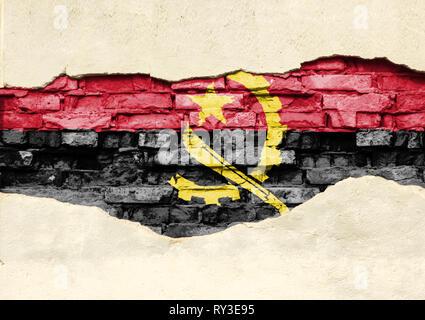Drapeau national de l'Angola sur un fond de brique. Mur de briques avec partiellement détruit le plâtre, ou la texture de fond. Banque D'Images