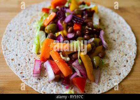 Dynamique colorée salade saine dans un emballage. Vegan. Le véganisme Banque D'Images