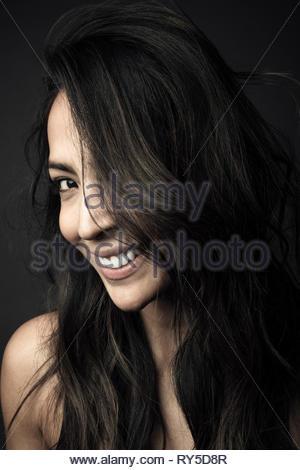 Portrait confiant belle Latina femme avec de longs cheveux noirs Banque D'Images
