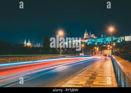 Prague, République tchèque. Vue de nuit de Mélanes Lesser Town Bridge. Ville Haute - Château, la cathédrale Saint-Guy. Site du patrimoine mondial de l'UNESCO Banque D'Images