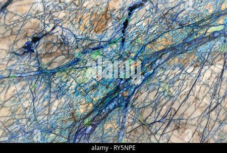 Les rivières sur une autre planète, détail de veines minérales fonctionnant via une tranche de rock. Le bleu et le vert sont l'azurite et malachite respectivement. Banque D'Images