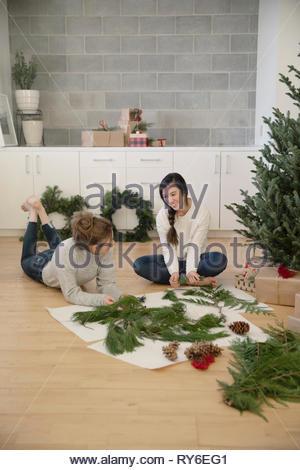 Teenage Girls making christmas festons sur marbre Banque D'Images