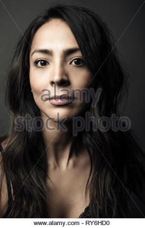 Portrait confiant belle Latina femme aux longs cheveux noirs et les yeux bruns Banque D'Images