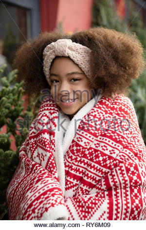 Portrait of smiling girl wrapped in blanket Banque D'Images