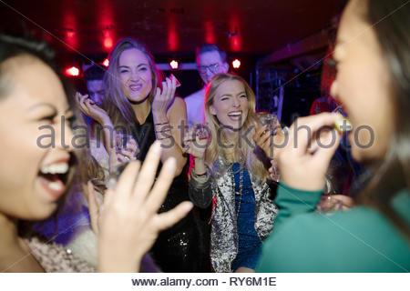 Les jeunes femmes les amis de prendre des coups de tequila en boite Banque D'Images