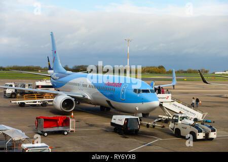 Tui Airways Boeing 737 8K5 (WL) G-FDZR délais d'attente sur le tarmac à l'aéroport de East Midlands, Castle Donington, Derbyshire, Angleterre. Banque D'Images
