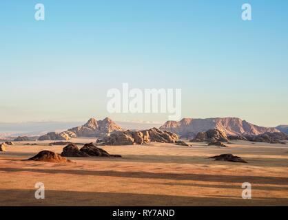 Paysage désertique avec des roches à la lumière du matin, Wadi Rum, vue aérienne d'un ballon, le gouvernorat d'Aqaba, Jordanie