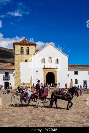 Calèche de mariage en face de l'église de Nossa Senhora do Rosário, Plaza Mayor, Villa de Leyva Boyaca, ministère, Colombie Banque D'Images