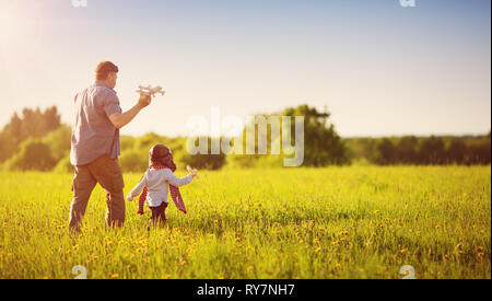 Garçon jouant dans aviator hat avec platanes Banque D'Images