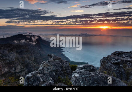 Coucher de soleil sur les douze apôtres et l'océan Atlantique à partir de la Table Mountain, Cape Town, Western Cape, Afrique du Sud Banque D'Images