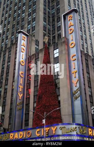 Radio City Music Hall, saison de Noël Décorations, Rockefeller Center, NEW YORK Banque D'Images