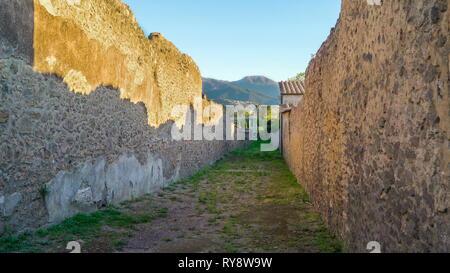 La montagne à l'arrière des ruines de Pompéi l'Italie et les murs de briques des ruines sur une journée ensoleillée Banque D'Images