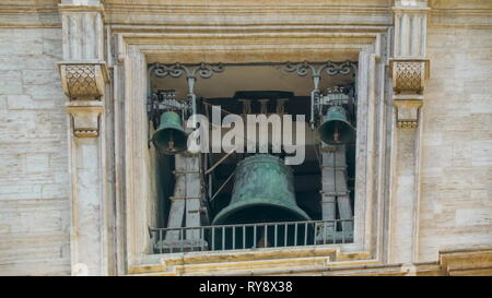 L'ancien clocher en haut de la Basilique de Saint Pierre dans la Cité du Vatican Rome Italie l'ancien clocher qui sonne chaque messe en l'église
