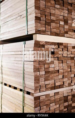 Des piles de bois dans l'entrepôt Banque D'Images