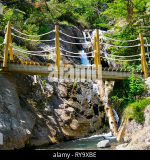Pont sur une rivière de montagne et stony bank Banque D'Images
