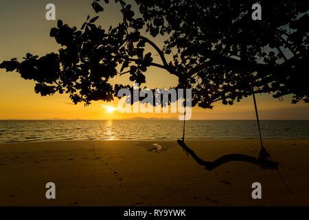 Beau lever de soleil sur l'île tropicale de Koh Kradan en Thaïlande. Prise le paysage longtemps principal sunrise beach avec sun swing lors de monter Banque D'Images