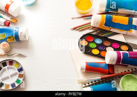 Matériel de peinture sur fond blanc Banque D'Images