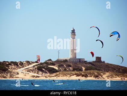 TRAFALGAR, ESPAGNE - 14 septembre 2008 - des kitesurfers et offrant une vue sur la plage et le phare, Cabo Trafalgar, Province de Cadix, Andalousie, Espagne,