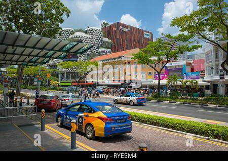File d'attente de taxi et colorés sur la ville par la route du centre commercial Bugis, Singapour Banque D'Images