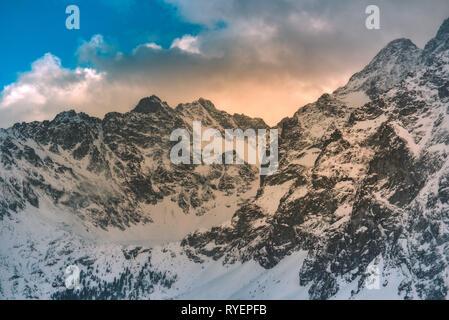 Montagnes paysage d'hiver. Tatras en Pologne retro vintage tones. Banque D'Images