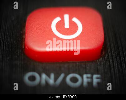 Un rouge sur off et bouton d'alimentation sur une touche de la télécommande du téléviseur. Banque D'Images