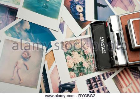 Appareil photo Polaroid SX-70 et Polaroids photos Banque D'Images