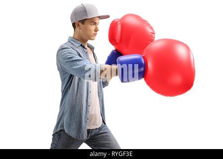 Jeune homme avec de gros gants de boxe rouge isolé sur fond blanc Banque D'Images