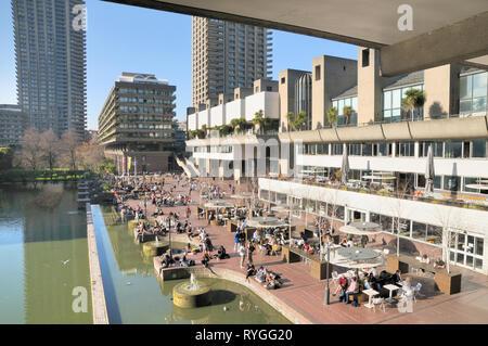 Le Barbican Centre et terrasse au bord du lac sur le Barbican Estate, Silk Street, City of London, England, UK Banque D'Images