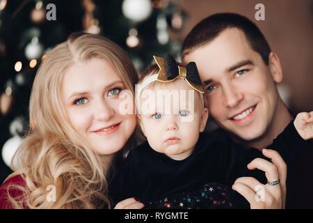 Famille excité avec adorable baby girl à Noël. Banque D'Images