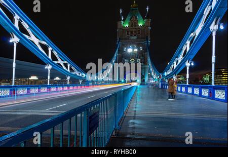 Tower Bridge, Londres, Angleterre. 13 mars 2019. L'emblématique pont sur la Tamise de nuit montrant l'un des célèbres tours, avec voiture light trails in