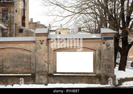Blank espace publicitaire sur un mur de béton dans la rue à l'extérieur
