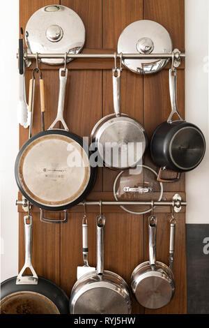 Casseroles Et poêles suspendus sur le mur. Banque D'Images