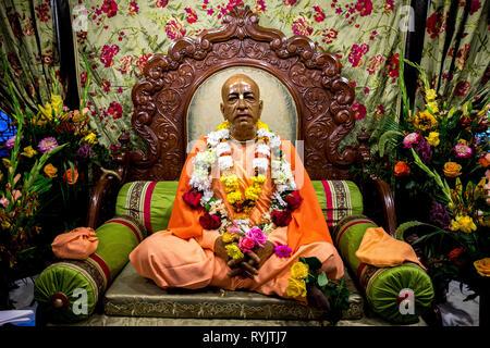 Murthi (statue) de Swami Prabhupada, fondateur de l'Association internationale pour la conscience de Krishna (ISKCON), dans le temple de Bhaktivedanta manor dur