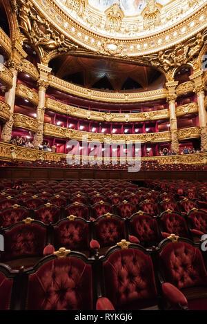 Paris (France): les touristes visitant Palais Opéra. Orchestre et balcon sièges. Le bâtiment est classé comme Monument Historique (Français 'Monum Banque D'Images