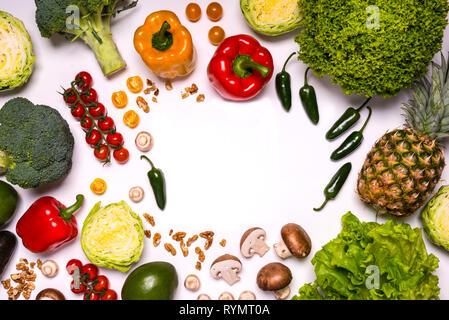 Grand ensemble d'aliments biologiques. Fresh Fruits et légumes crus sur fond blanc. Mise à plat. Un espace réservé au texte Banque D'Images