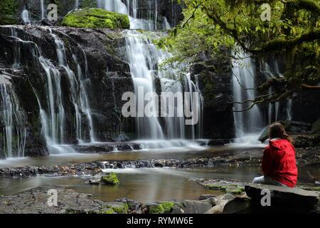 Purakaunui Falls, la Nouvelle-Zélande, Catlins, avec Girl in red jacket