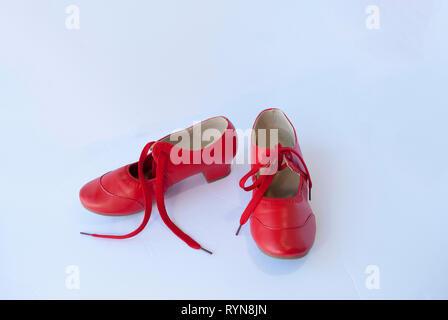 Paire de chaussures en cuir rouge de danseuse. Chaussures de style rétro traditionnel Banque D'Images