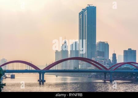 GUANGZHOU, CHINE - le 26 octobre: vue sur le pont Jiefang et édifices de la ville sur la Rivière Pearl pendant le coucher du soleil le 26 octobre 2018 à Guangzhou Banque D'Images