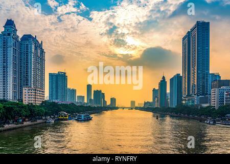 GUANGZHOU, CHINE - le 26 octobre: il s'agit d'une vue sur le centre-ville de bâtiments de la ville pendant le coucher du soleil sur la rivière des perles, le 26 octobre 2018 à Guangzhou Banque D'Images