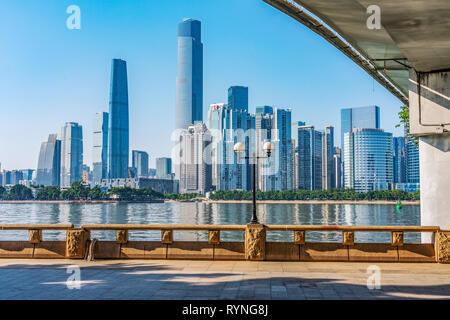 GUANGZHOU, CHINE - le 27 octobre: il s'agit d'une vue sur la rivière de la ville de Guangzhou moderne dans le centre-ville le 27 octobre 2018 à Guangzhou Banque D'Images