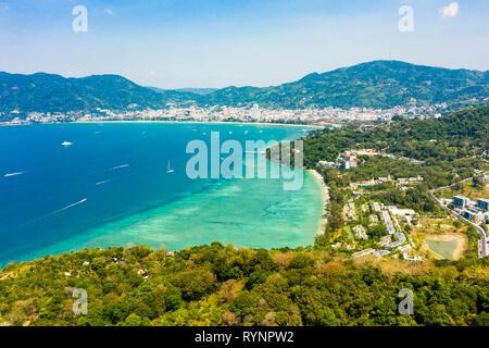 Vue de dessus, superbe vue aérienne de la ville de Patong dans la distance et la belle plage de Tri Trang baignée par une mer turquoise et claire.