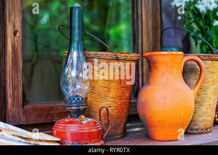 Avec une vie encore vintage lampe à huile, buste de godet et d'un pichet en céramique. Accessoires ménagers historique Banque D'Images