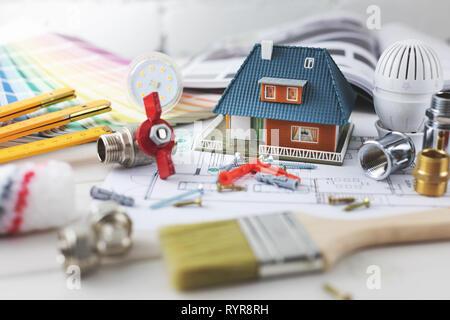 La construction de maisons et de réparation et de construction concept - objets design sur le plan de logement