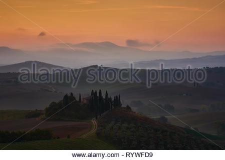 Ferme typique avant le lever du soleil dans le beau Val d'Orcia, près de San Quirico d'Orcia Banque D'Images