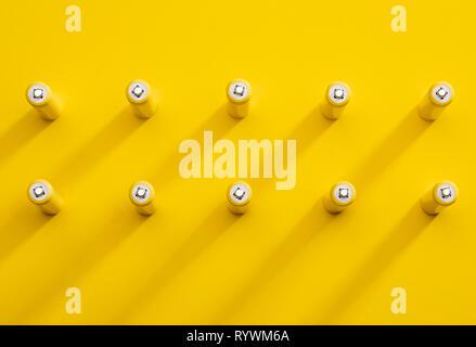 Vue du dessus des piles alcalines AAA jaune pop art coloré télévision style tendance photo laïcs Banque D'Images