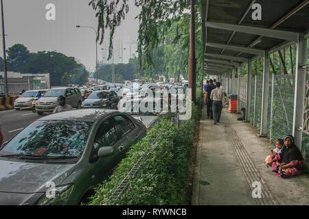 Mère et enfants mendier de l'argent sur le chemin à Kuala Lumpur, Malaisie