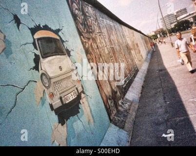 Mur de Berlin - murale voiture Trabant à l'East Side Gallery, Berlin, Allemagne Banque D'Images