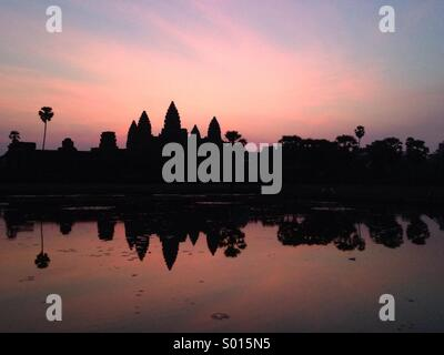 Silhouette d'Angkor Vat au lever du soleil, à Siem Reap au Cambodge. Banque D'Images